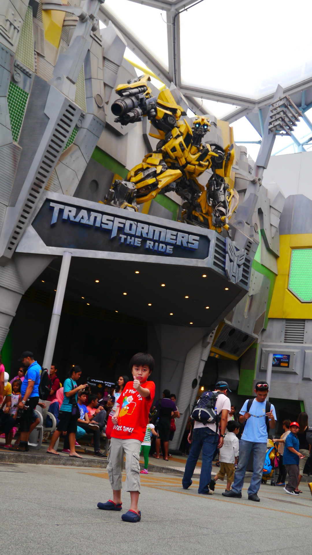 Finally the reason for the Singapore trip! The number 1 fan posing in front of the Transformer ride!  Oh this made me sooo dizzy, I closed my eyes half of the whole experience!! But Bubba was the happiest!